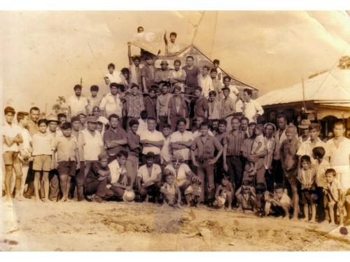Eddy Bruma(midden) met arbeiders op Waterloo
