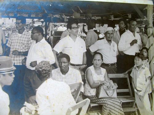 Mr. E.Bruma( uiters rechts) viert feest met de arbeiders