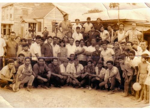 Mr. E.Bruma(midden) met arbeiders op Waterloo, rechts achter hem, Ponimen met wit hemd, achtergrond de winkel van Afoek, later Idris Doekhie