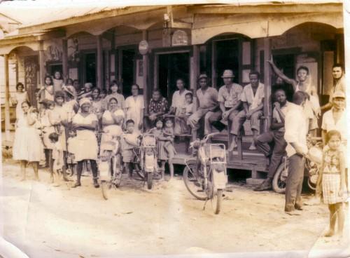 Waterlooarbeiders voor de winkel van Mohammed Ashiem